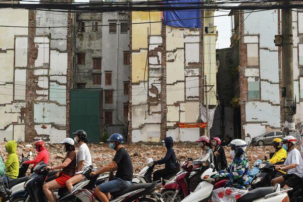 Дорожное движение на одной из улиц в Ханое