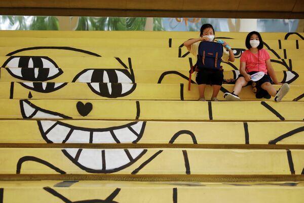 Студенты в масках отдыхают в Сеуле, Южная Корея