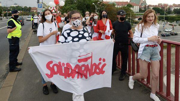 Жители Варшавы на шествии в поддережку протестов в соседней Беларуси