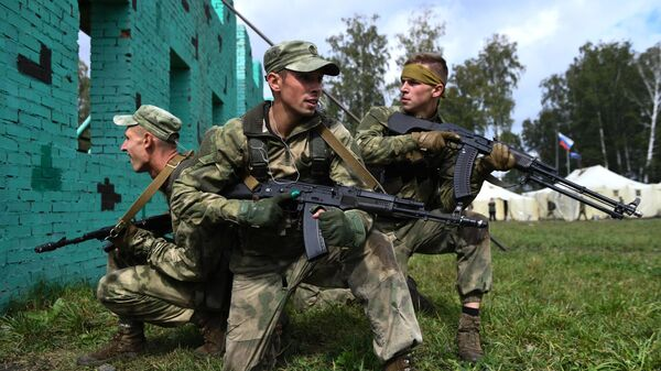 Военнослужащие вооруженных сил Белоруссии во время прохождения этапа Тропа разведчика в конкурсе Отличники войсковой разведки в рамках Армейских международных игр АрМИ-2020