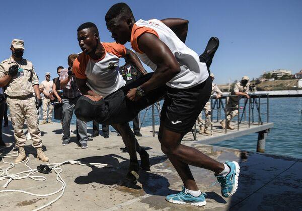 Военнослужащие из Мозамбика во время первого состязательного этапа Оказание первой медицинской помощи  на конкурсе по водолазному многоборью Глубина на водолазном полигоне Учебного центра ВМФ в рамках Международных армейских игр АрМИ-2020
