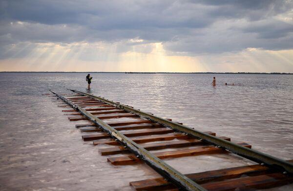 Отдыхающие на соленом озере Бурлинское в Славгородском районе Алтайского края