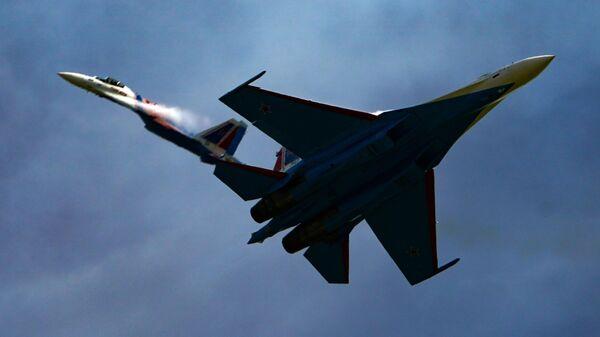 Истребители Су-35С пилотажной группы Русские витязи выполняют демонстрационный полет в рамках Международного форума Армия-2020 на аэродроме Кубинка в Подмосковье