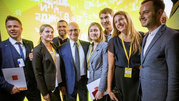 Сергей Кириенко с лауреатами наград и благодарностей за развитие акции #МыВместе