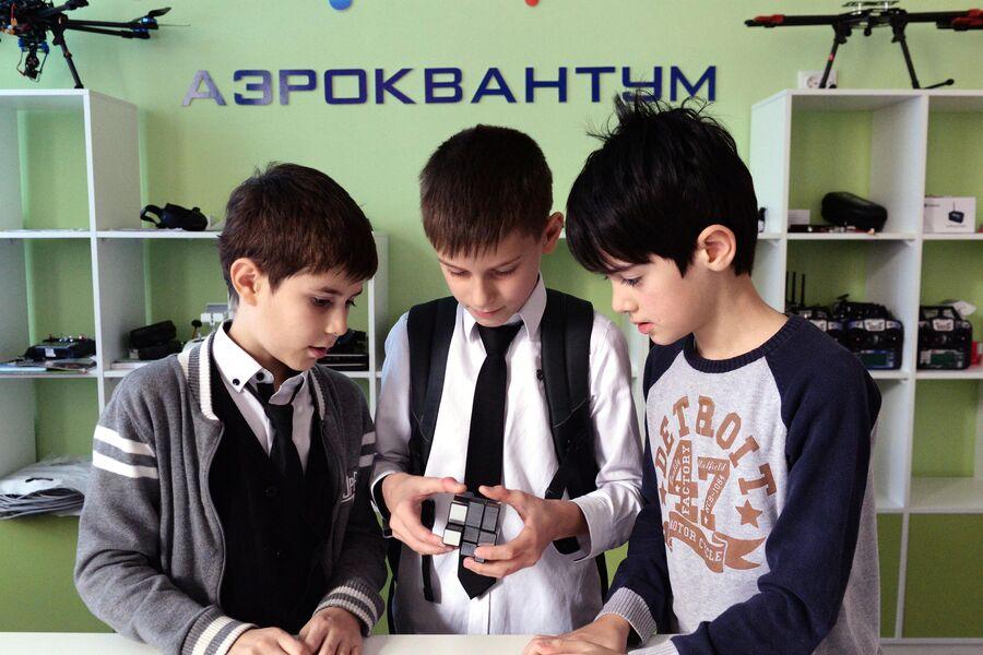 Школьники в детском технопарке Кванториум, открывшемся на территории математической школы в Грозноми
