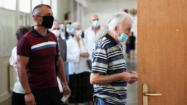Очередь на избирательном участке во время всеобщих выборов в Подгорице, Черногория. 30 августа 2020