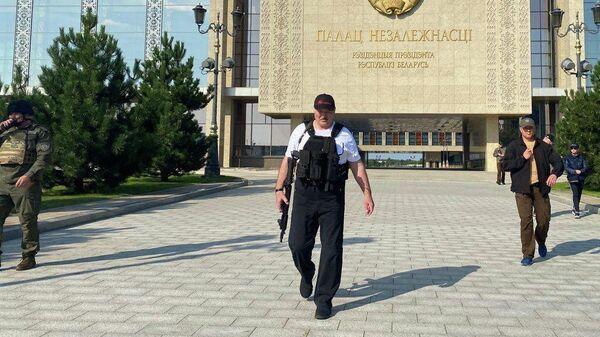Президент Белоруссии Александр Лукашенко около своей резиденции в Минске
