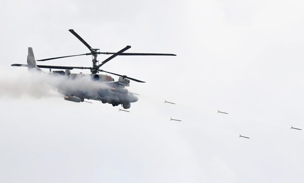 Ударный вертолет Ка-52 Аллигатор во время динамического показа вооружений, военной и специальной техники мотострелковых войск в рамках МВТФ Армия-2020 в сухопутном кластере на полигоне Алабино