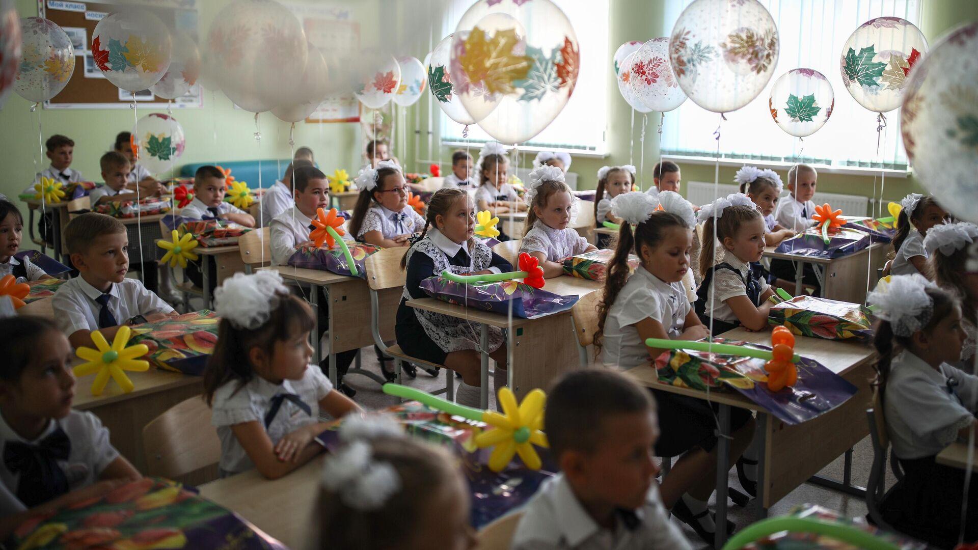 Первоклассники сидят за партой в классе в школе №71 в День знаний в Краснодаре - РИА Новости, 1920, 06.09.2020