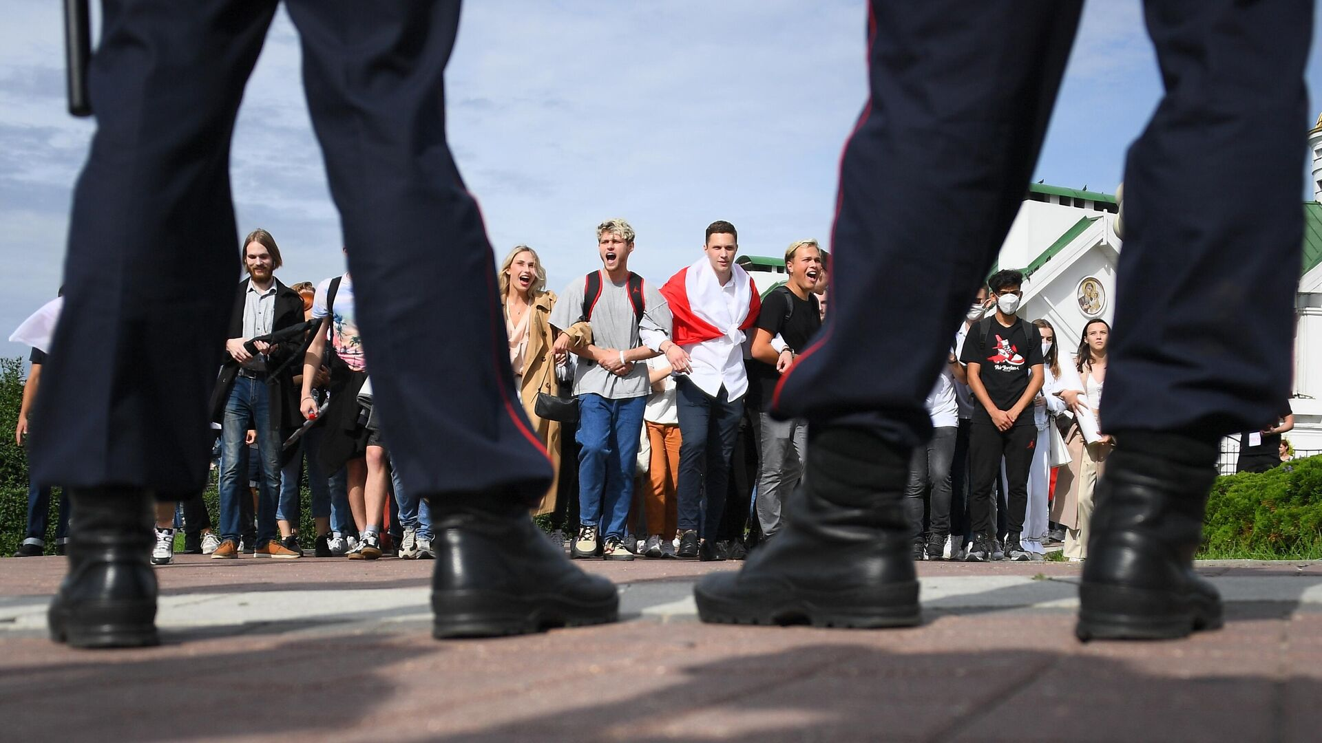 Сотрудники правоохранительных органов и участники студенческой акции протеста в Минске - РИА Новости, 1920, 06.09.2020