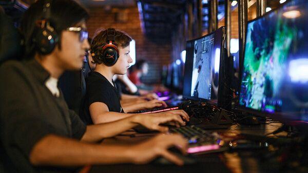 Посетители в компьютерном клубе