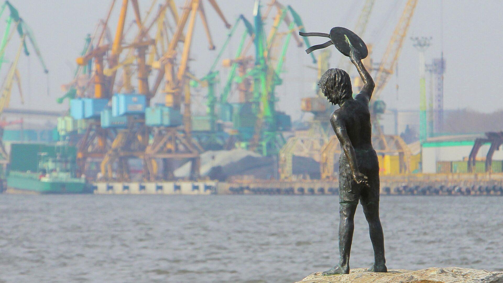 Памятник мальчику с бескозыркой и собакой, который провожает корабли в морском грузовом порту Клайпеды - РИА Новости, 1920, 25.09.2020