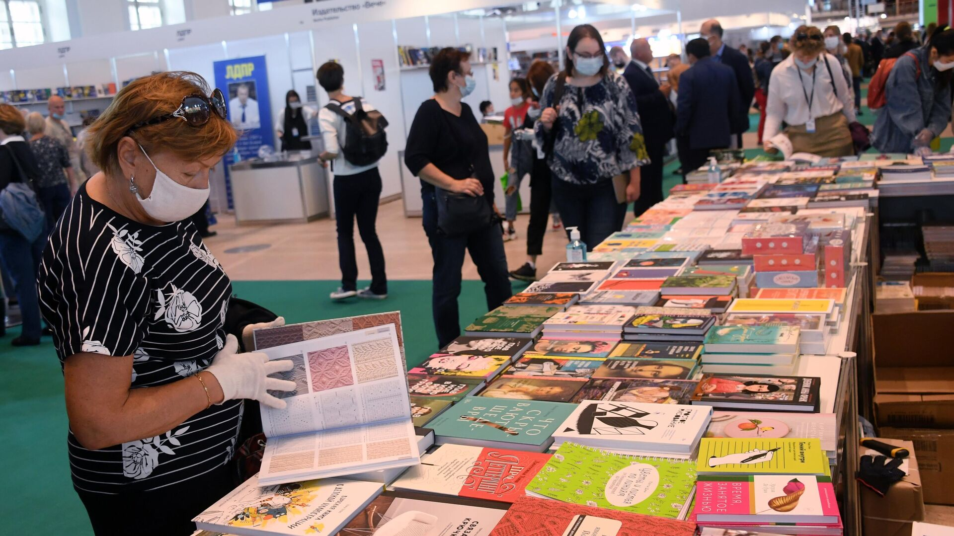 Посетители на 33-й Московской международной книжной выставке-ярмарке в Москве - РИА Новости, 1920, 03.09.2020