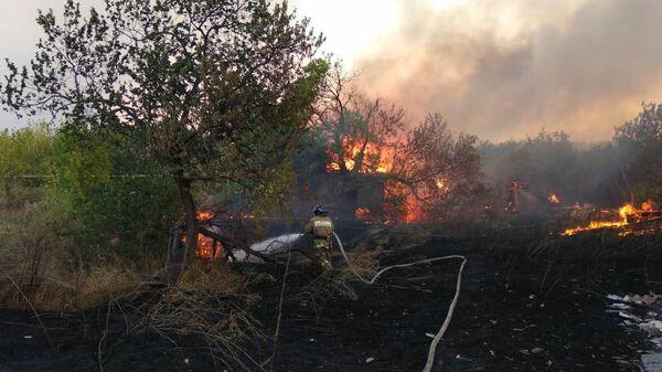 Сотрудники МЧС во время тушения пожара в СНТ Пионер в Белокалитвинском районе