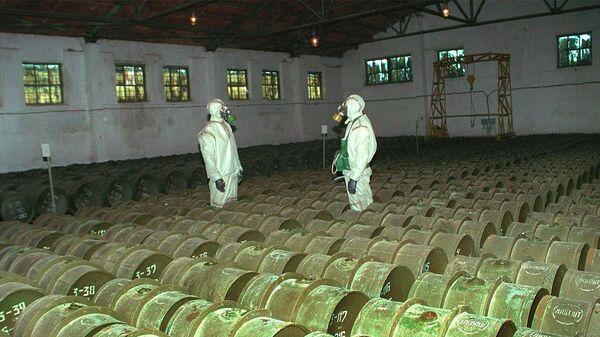 Военнослужащие во время проведения плановой проверки металлических контейнеров с отравляющими веществами на складе химического оружия