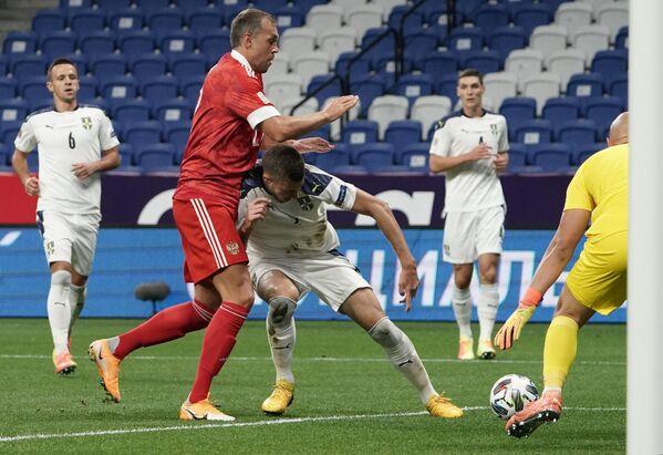 Нападающий сборной России по футболу Артем Дзюба (на первом плане слева) в борьбе за мяч