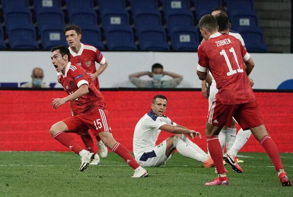 Защитник сборной России Вячеслав Караваев (на первом плане слева) радуется забитому мячу