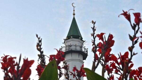 Цветы у мечети Аль-Марджани в день празднования Курбан-Байрама в Казани