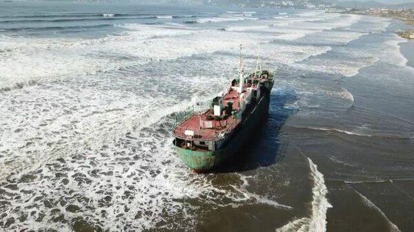Тайфун Майсак вынес на берег рыболовецкое судно
