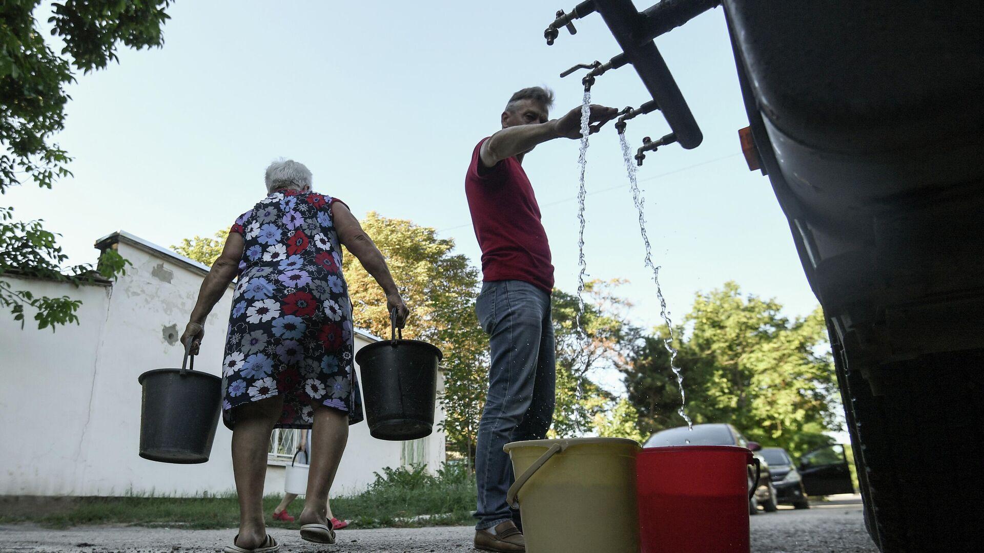 Жители Cимферополя набирают в емкости питьевую воду, привезенную в цистернах - РИА Новости, 1920, 07.09.2020
