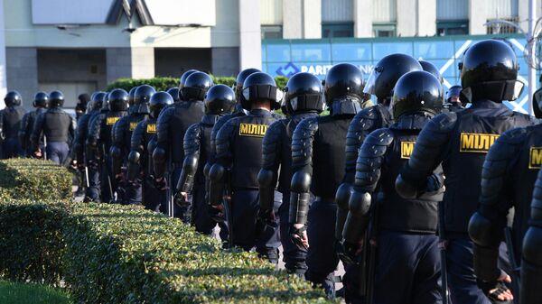 Сотрудники правоохранительных органов во время протестной акции женщин на площади Независимости в Минске