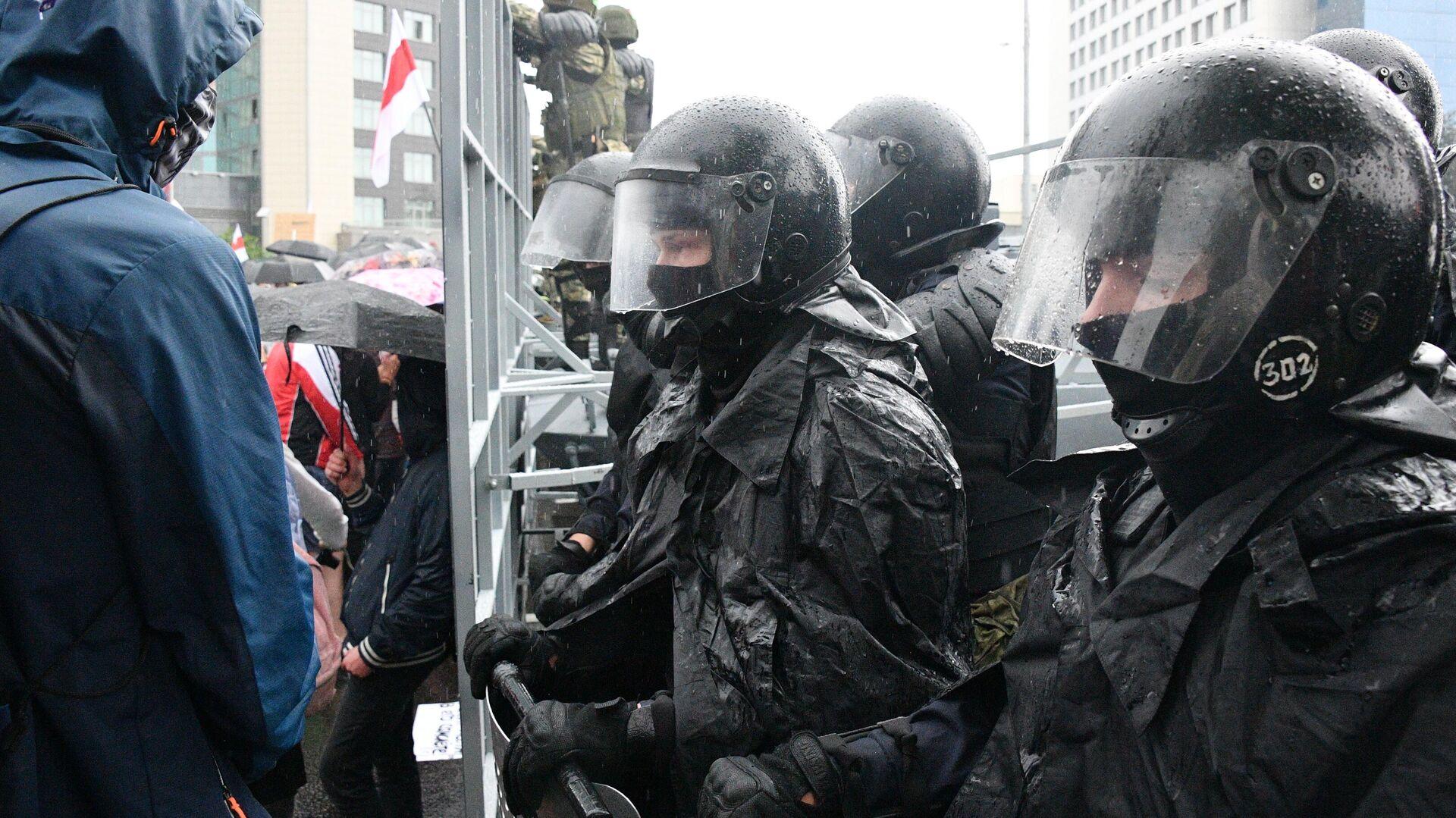 Сотрудники правоохранительных органов во время акции оппозиции Марш единства в Минске - РИА Новости, 1920, 14.02.2021