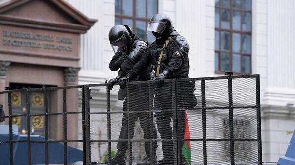 Сотрудники милиции на одной из улиц в Минске, где проходит несанкционированная акция оппозиции Марш единства