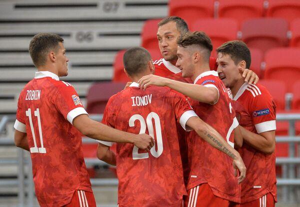 Футболисты сборной России радуются забитому мячу
