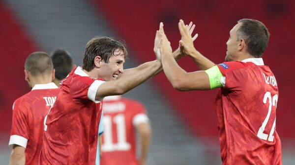 Футболисты сборной России Марио Фернандес (слева) и Артём Дзюба