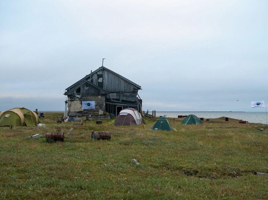 Лагерь Большой Норильское Экспедиции в заброшенном поселке на мысе Входной