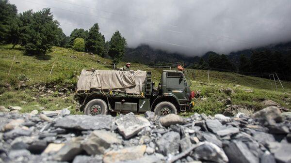 Индийский военный автомобиль на шоссе Сринагар-Ладакх в Гагангее,  Кашмир, контролируемый Индией