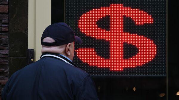 Электронное табло со знаком доллара на одной из улиц в Москве