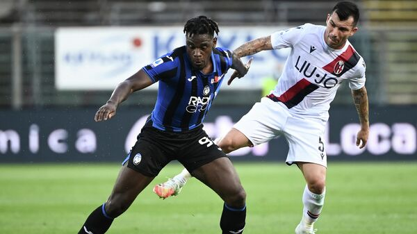 Atalanta's forward Duvan Zapata from Colombia (L) fights for the ball with Bologna's midfielder Gary Medel from Chile during the Italian Serie A football match Atalanta vs Bologna played behind closed doors on July 21, 2020 at the Atleti Azzurri d'Italia Stadium in Bergamo. (Photo by MARCO BERTORELLO / AFP)
