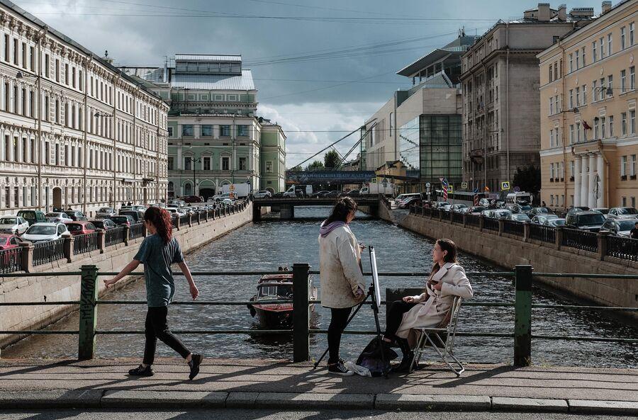 Горожане на Матвеевом мосту через Крюков канал в Санкт-Петербурге