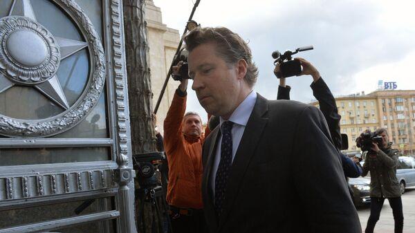 Посол ФРГ Геза Андреас фон Гайр входит в здание МИД РФ в Москве