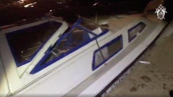 Поврежденный катер в результате столкновения с баржей на реке Черной в районе Сургута