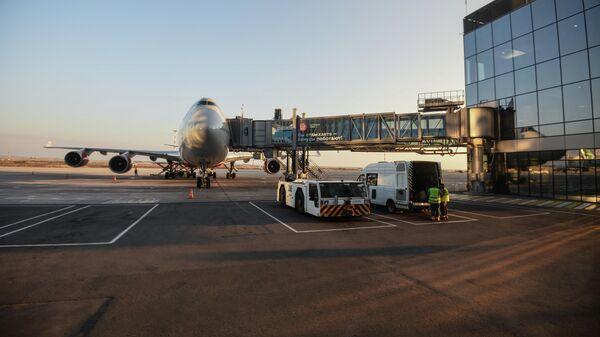 Пассажирский авиалайнер в аэропорту Симферополя