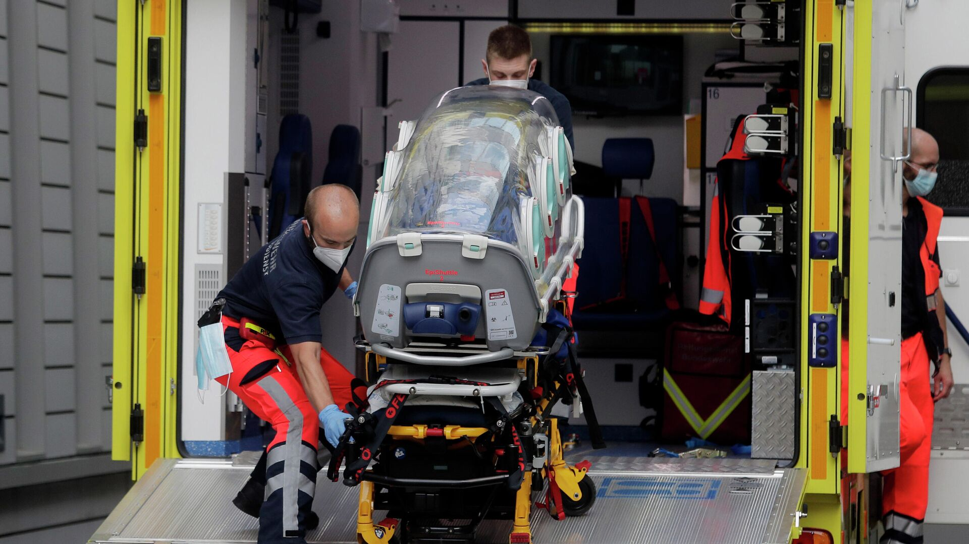 Экипаж скорой помощи, на котором, предположительно, был доставлен в клинику Шарите в Берлине Алексей Навальный - РИА Новости, 1920, 14.09.2020