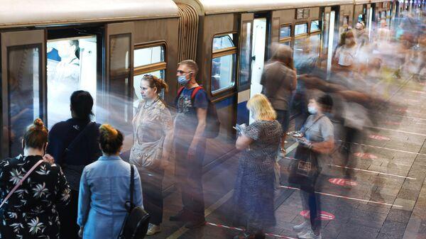 Пассажиры станции метро Арбатская в Москве