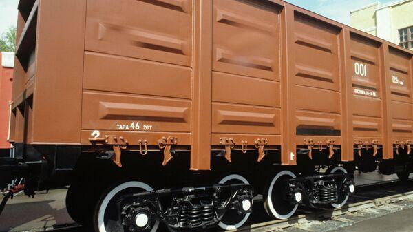 Универсальный восьмиосный полувагон модели 12-541 конструкции Уральского вагоностроительного завода