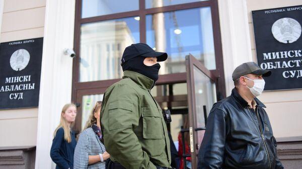 Силовики во время несанкционированного пикета в поддержку стачечного комитета Беларуськалия у здания Минского областного суда