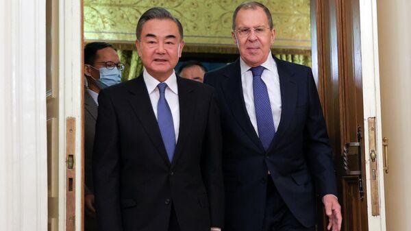 Министр иностранных дел РФ Сергей Лавров и министр иностранных дел КНР Ван И во время встречи в Москве