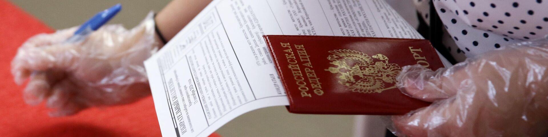 Досрочное голосование на избирательном участке в Краснодаре - РИА Новости, 1920, 13.09.2020