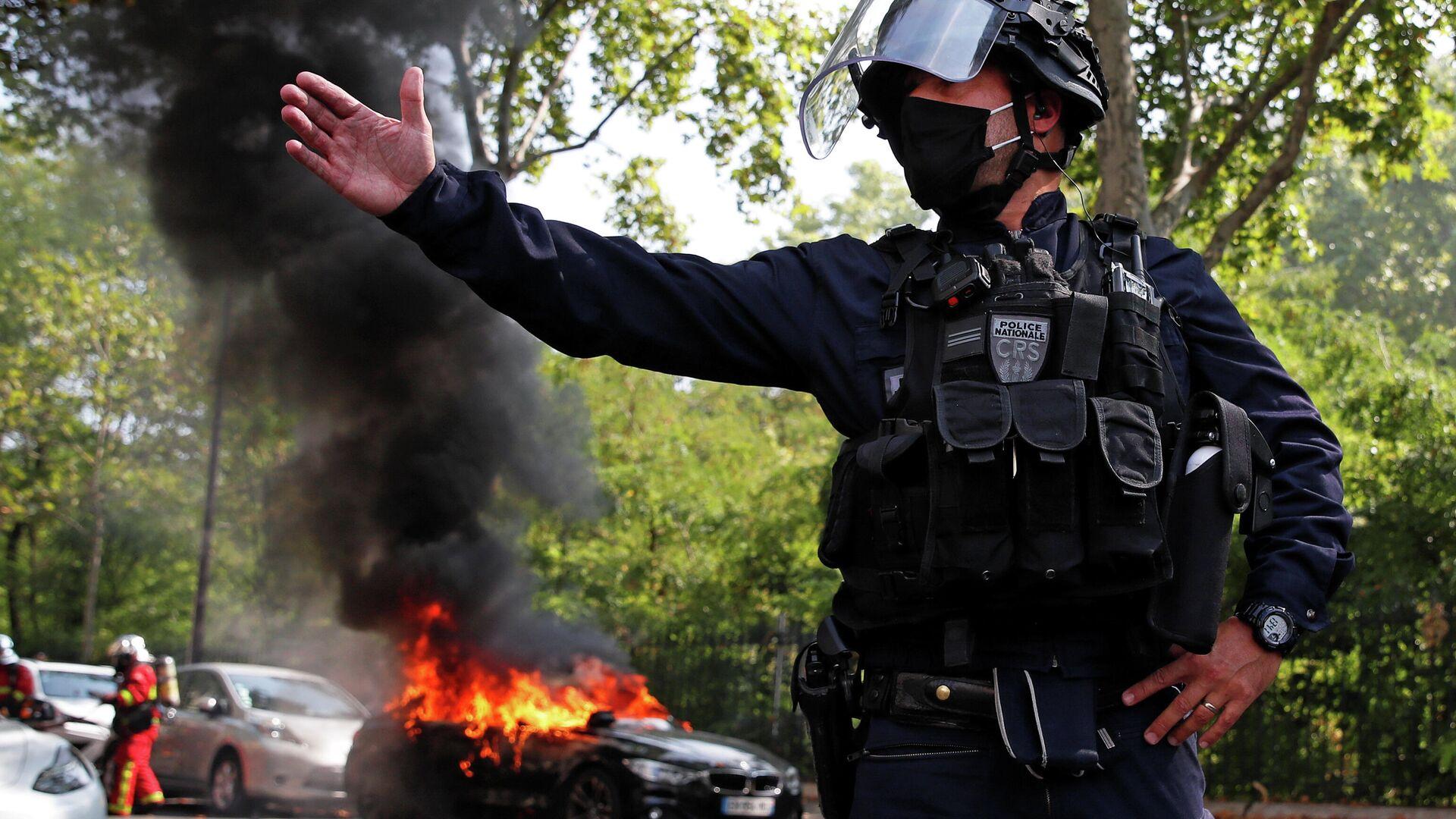 Сотрудник полиции во время демонстрации движения желтых жилетов в Париже - РИА Новости, 1920, 12.09.2020