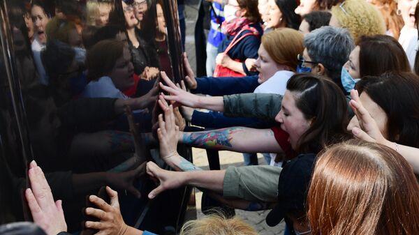 Участницы женского марша Подруга за подругу на площади Свободы в Минске