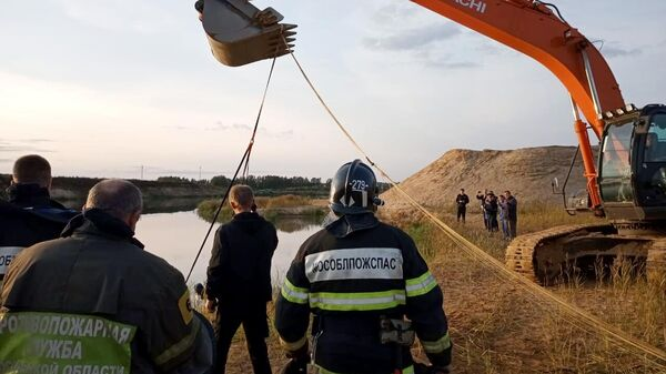 Сотрудники МЧС на месте крушения лёгкомоторного самолёта SportStar в подмосковном Щелкове