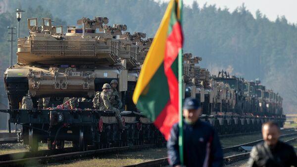 Танки Abrams армии США на железнодорожной станции в Литве