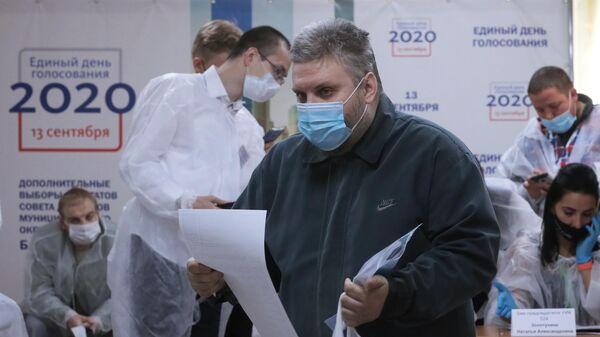 Мужчина во время дополнительных выборов в Совет депутатов муниципального округа Бабушкинского района на избирательном участке №524 в Москве