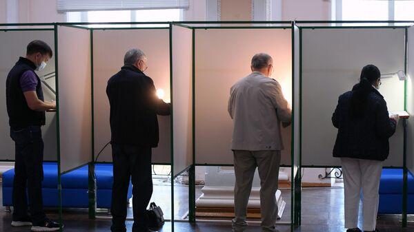 Избиратели во время голосования