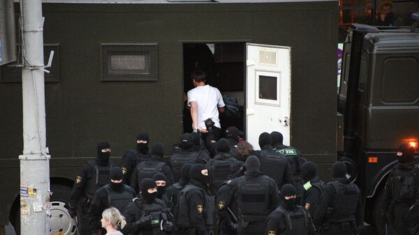 Сотрудники правоохранительных органов задерживают участников воскресной несанкционированной акции протеста в Минске